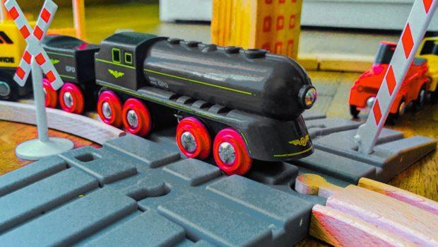 treno giocattolo al passaggio a livello