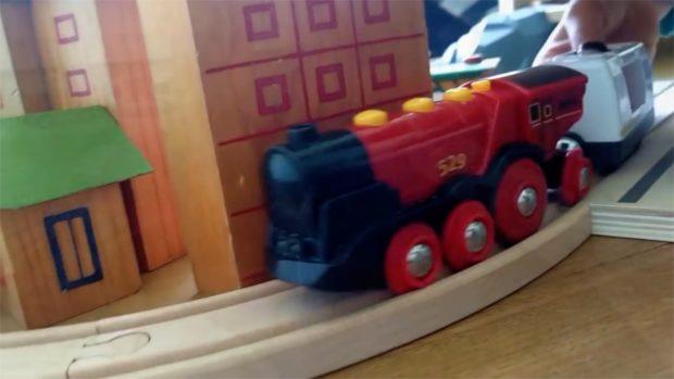treno rosso palazzo