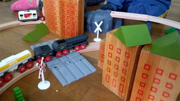 treno passaggio a livello tra i palazzi